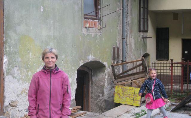 V večstanovanjski hiši na Trgu Franca Fakina vztrajajo samo še Makovi, ki se sprašujejo, kateremu podjetniku stanovanjski objekt, ki se tako tesno drži poslovnega, ne bi bil v napoto. Foto Polona Malovrh