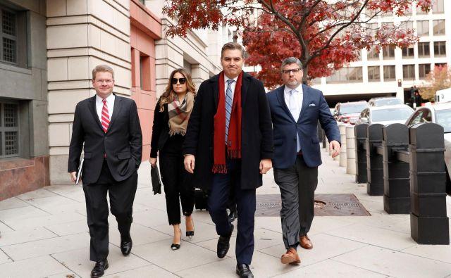 Tožba CNN in njihovega dopisnika Jima Acoste (z rdečim šalom) je postala preizkusni kamen ameriške medijske svobode in odnosa Bele hiše do nje. FOTO Kevin Lamarque Reuters