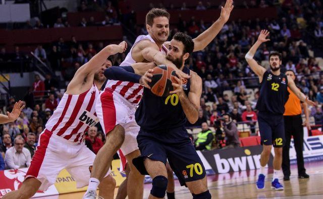 Italijana v istanbulski zasedbi Luigija Dantomeja so košarkarji Olympiakosa s tršimi prijemi ustavili, toda pozabili na svojega rojaka Kostasa Slouskasa, ki je bil ključni gostujoči mož za turško zmago. FOTO: eurolegue.net