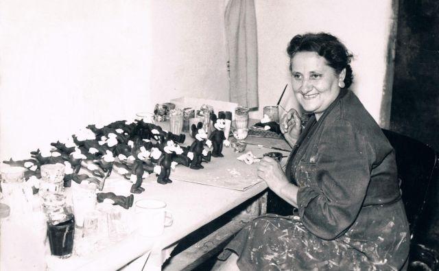 Olga Vončanšek v tovarni Biserka barva gumijaste Miki miške v sredini 60. let. FOTO: Iz zbirke Darije Hercigonje
