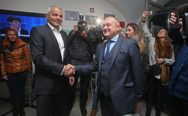 Franc Kangler in Aleksander Saša Arsenovič si čestitata ob uvrstitvi v drugi krog. FOT: Tadej Regent/Delo