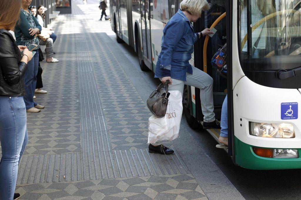 Za 200 metrov med Pošto in Ajdovščino se vsedejo na avtobus