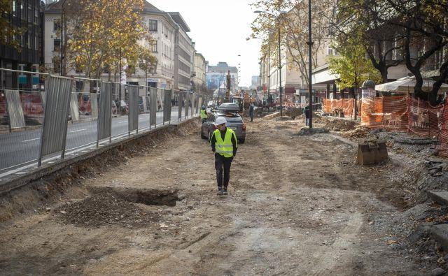Postajališče mestnih avtobusov bo po obnovi spet pred Kozolcem. FOTO Voranc Vogel