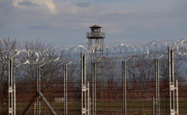 Ograja prebežniškega prehodnega centra Roszke. FOTO: Bernadett Szabo/Reuters