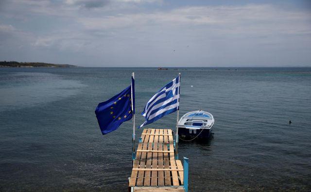 Evropska in grška zastava na Lezbsu pričakata begunce.<br /> Fotografiji Reuters