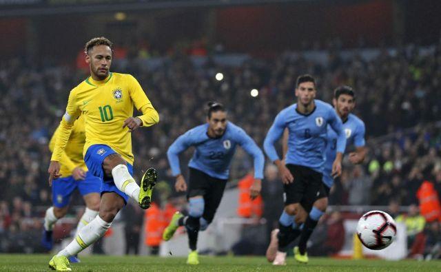Neymar je urugvajskega vratarja poslal v napačno smer. FOTO: Adrian Dennis/AFP