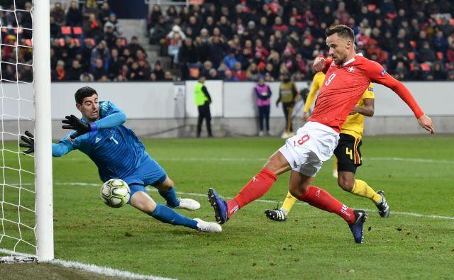 Haris Seferović je belgijskemu vratarju Thibautu Courtoisu še bolj zabelil jesen po prestopu iz Chelseja v Real. FOTO: Afp