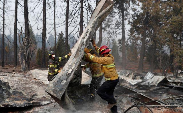 Dež bo pogasil ogenj in očistil zrak, vendar strokovnjaki opozarjajo na nevarnost zemeljskih plazov in deročih voda, ki bodo po vsej verjetnosti prizadeli od ognja razgaljena pobočja krajev Magalia, Paradise in Conow. FOTO: Reuters