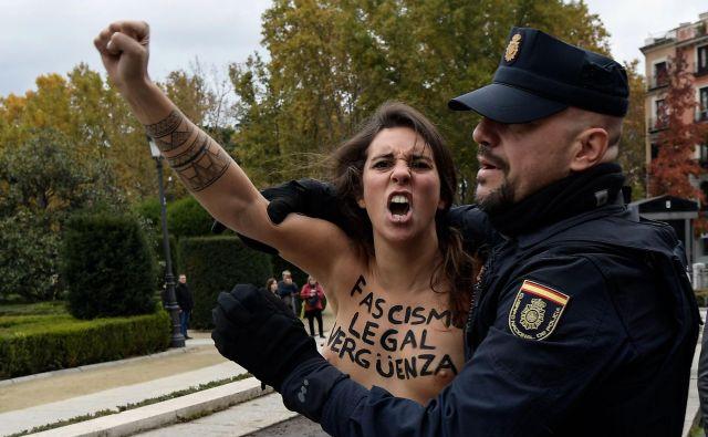 Aretacija članice feminističnega gibanja Femen, ki je želela bojkotirati protest skrajnih desničarjev ob obletnici smrti španskega diktatorja Franca v Madridu.Foto Oscar Del Pozo Afp