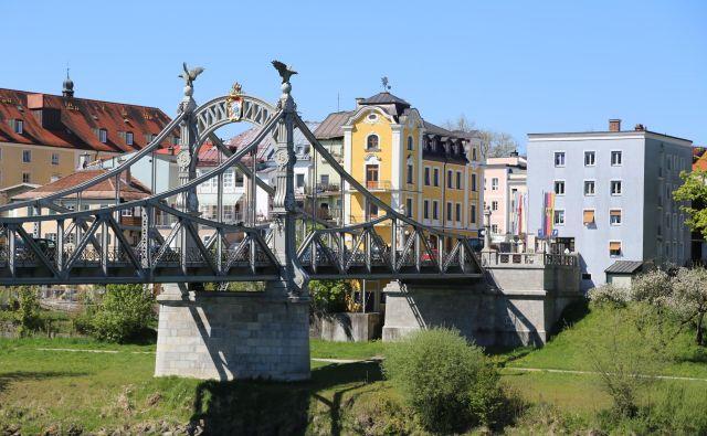 Most, ki vodi čez Salzach v Laufen, so zgradili leta 1903. Stroške za njegovo graditev sta si razdelili tedanja Kraljevina Bavarska in avstro-ogrska monarhija. FOTO: Milan Ilić