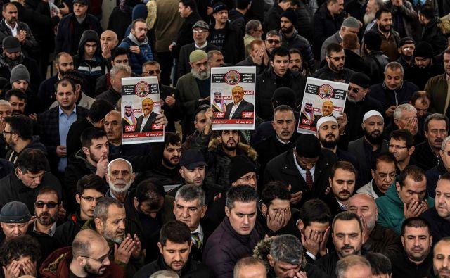 Surovi obračun z novinarjem Džamalom Hašodžijem na savdskem konzulatu v Istanbulu še vedno povzroča proteste. V petek so se spomnili nanj pred istanbulsko mošejo Fatih. FOTO AFP