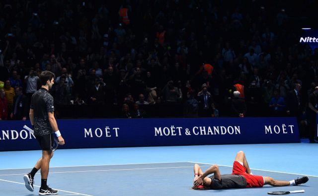 Alexander Zverev je v finalu zaključnega mastersa v Londonu premagal Novaka Đokovića s 6:4 in 6:3.Zverevje šele drugič v karieri nastopil na turnirju najboljših osmih igralcev sezone in prvič igral v finalu. Proti Đokoviću, ki bo sezono navkljub porazu končal na prvem mestu lestvice ATP, je prišel do desetega naslova oziroma petega v letošnji sezoni.Foto Glyn Kirk Afp