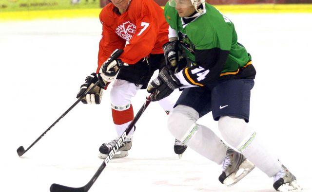 Bine Felc (v rdečem dresu) je tudi po izjemni karieri pogosto ljubiteljsko igral hokej. Na tekmi legend se je tako pomeril z Ljubljančanom Dejanom Kontrecem.<br /> FOTO Roman Šipić/Delo