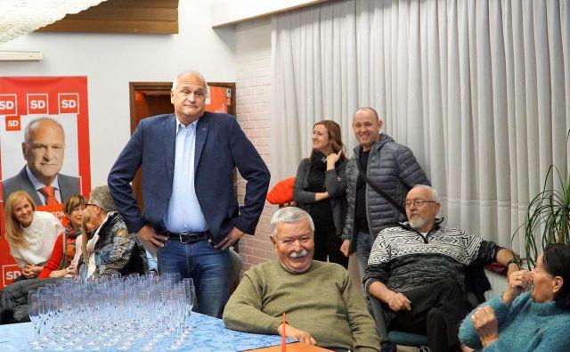 Bojan Kontič v volilnem štabu SD v Velenju. Ob njem sedi prejšnji dolgoletni župan Velenja Srečko Meh. FOTO: Brane Piano