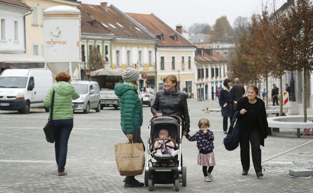 Vključevanje starejših v lokalno okolje je zelo pomembno za njihovo dostojno življenje. Foto Leon Vidic