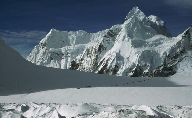 5700 metrov visoko sedlo Nangpa La s karavano, ki se mu bliža s tibetanske strani leta 2001. FOTO: Viki Grošelj