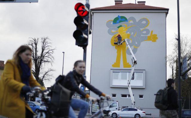 Prav na križišču Tržaške, Aškerčeve in Tivolske Leon Zuodar pogosto čaka na zeleno luč in tu se mu je porodila ideja za poslikavo. FOTO: Leon Vidic