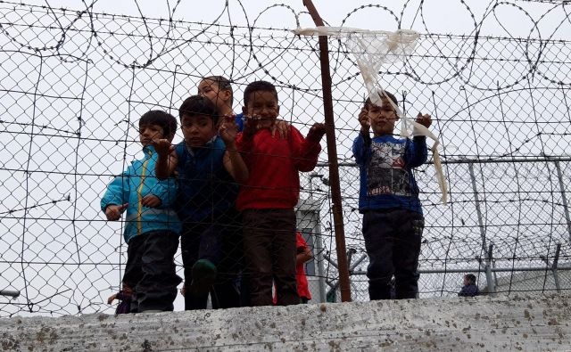 Po podatkih UNHCR je med begunci v Grčiji več kot 3600 otrok brez spremstva. Ti največkrat živijo v nemogočih razmerah. FOTO: Boštjan Videmšek