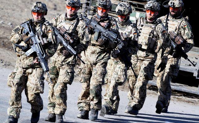 Projekti EU, kot so vojaška mobilnost, evropski obrambni sklad in vojaška mobilnost, lahko pripomorejo k poštenejši delitvi bremen v Natu. FOTO: Fabian Bimmer/Reuters