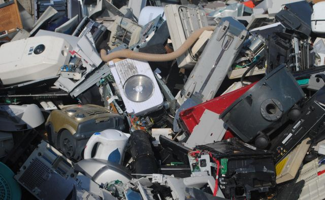 Polovico od 130.000 ton zbranih nevarnih odpadkov predstavlja odpadna e-oprema. FOTO: Reuters