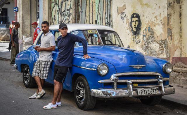 Novih avtomobilov v Havani skoraj ni. Po luknjastih cestah in ulicah še zmeraj vozijo stari ameriški avtomobili in lade, teh naj bi bilo na kubanskih cestah menda največ.Foto: Gašper Završnik