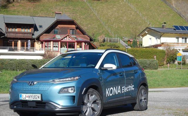 Hyundai kona electric je prvi množičen električni avtomobil z dosegom čez 400 km. Od običajne izvedbe se razlikuje predvsem po zaprti sprednji maski, kjer je tudi električna vtičnica. FOTO: Boštjan Okorn
