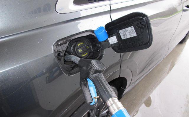 Točenje dodatka adblue v avtomobil z dizelskim motorjem. Foto Blaž Kondža