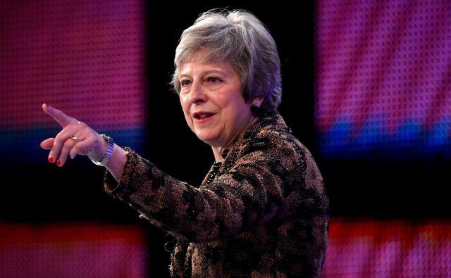 Britanska premierka zaenkrat kljubuje pritiskom evroskeptičnih torijcev in severnoirskih unionistov. FOTO: REUTERS/Toby Melville
