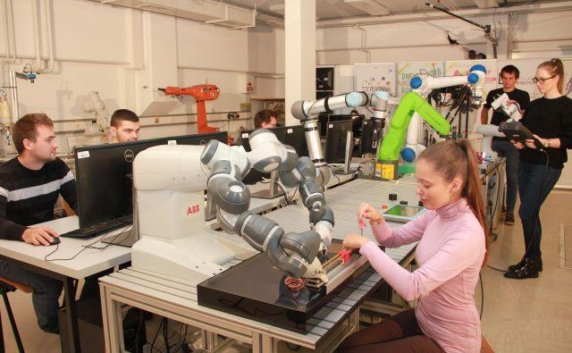Center za sodelujočo robotiko na ljubljanski fakulteti za elektrotehniko je opremljen z najnovejšo in najsodobnejšo robotsko tehnologijo. Foto arhiv Fakultete za elektrotehniko v Ljubljani