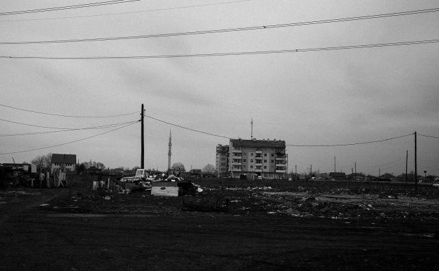 Stanovanjska bloka, namenjena Romom, Aškalijam in Egipčanom.