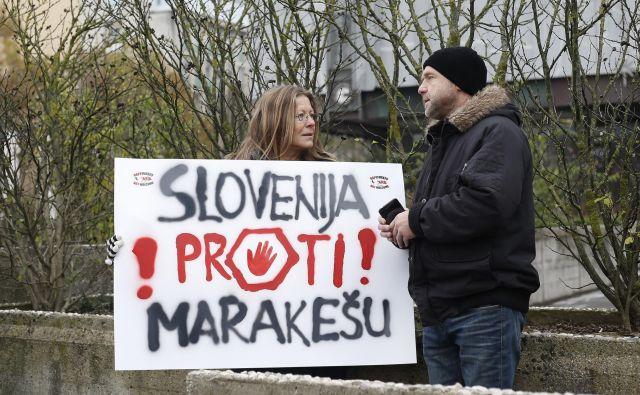Izredno sejo pred državnim zborom spremljajo tudi protesti proti dogovoru. FOTO: Blaž Samec/Delo