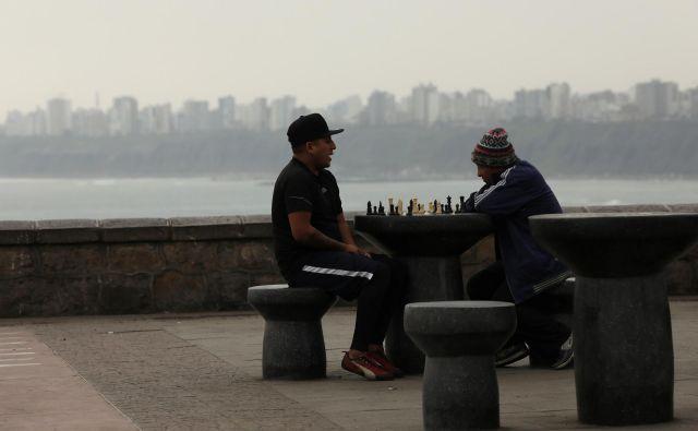 Šah je spet in. Na fotografiji šahista v Limi, glavnem mestu Peruja. FOTO: Reuters