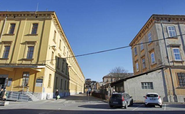 Zaposleni na upravni enoti so se odločili za stavko, ker so zaradinavala strank na okencih bili prisiljeni krepko podaljševati delovni čas. FOTO: Leon Vidic