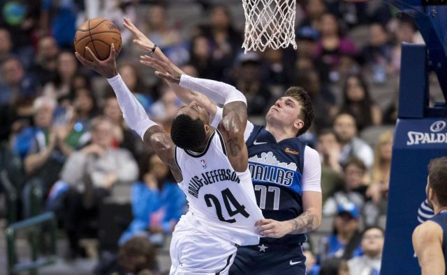 Luka Dončić (desno) je takole oviral met Brooklynovega košarkarja Rondaeja Hollisa Jeffersona. FOTO: Reuters