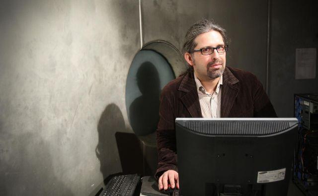 David Modic: Poznam profesorja, ki ima vedno zelo varna gesla, ampak da ga izveš, je treba samo pregledati samolepilne listke po monitorjih. FOTO: Jure Eržen