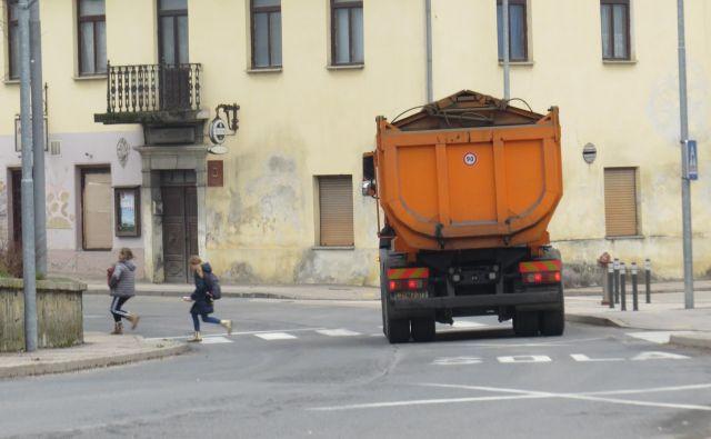 Županski kandidat Milan Balažic se zavzema za gradnjo obvoznice, saj je zdaj državna cesta speljana skozi občinsko središče. FOTO Bojan Rajšek/Delo