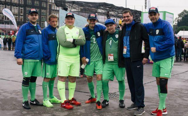 Svetovni prvaki v fair playu (z leve): Alen Odžić, Aljoša Rajbar, Primož Klarer, Bojan Hribar, Robert Andrejaš, trener Mitja in Nenad Radosavljević. FOTO: Daniel Lipinski