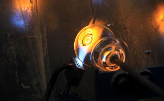 Steklopihalčevega dela ni mogoče v celoti avtomatizirati. FOTO: Blaž Samec/Delo