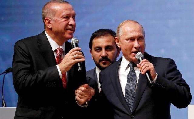 Zaveznika na (tudi) plinski pogon, turški predsednik Recep Tayyip Erdoğan (na fotografioji levo) in njegov ruski kolega Vladimir Putin (desno). FOTO: Reuters