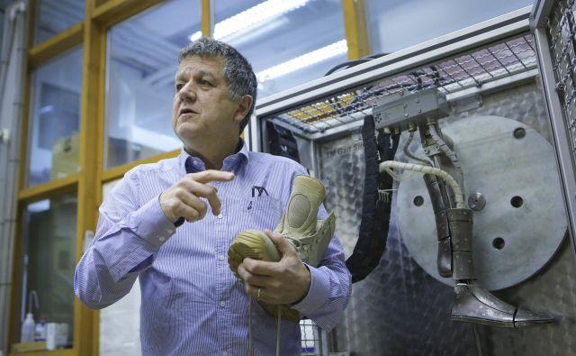 Doktor Igor B. Mekjavič je prvi na svetu razvil napravo za testiranje karakteristik obutve na manikinih Foto Jože Suhadolnik