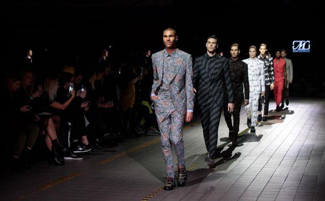 Srbski oblikovalec Boško Jakovljević, ki ustvarja pod znamko Martini Vesto, dokazuje, da je klasična moška moda lahko tudi barvita in vzorčasta. Fotografiji Sandi Fišer/ Arhiv MBFWLJ