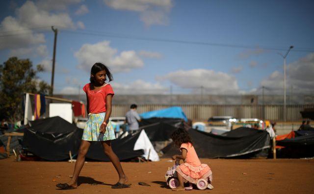 Iz Srednje Amerike je prispelo okoli 5000 prišlekov. FOTO: Reuters