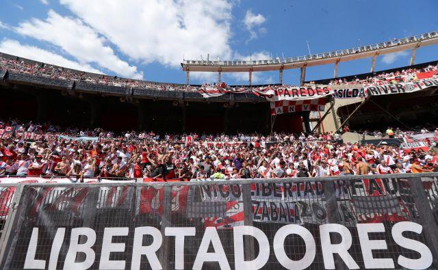 Navijači na štadionu Monumental nestrpno čakajo na začetek tekme. FOTO: Reuters