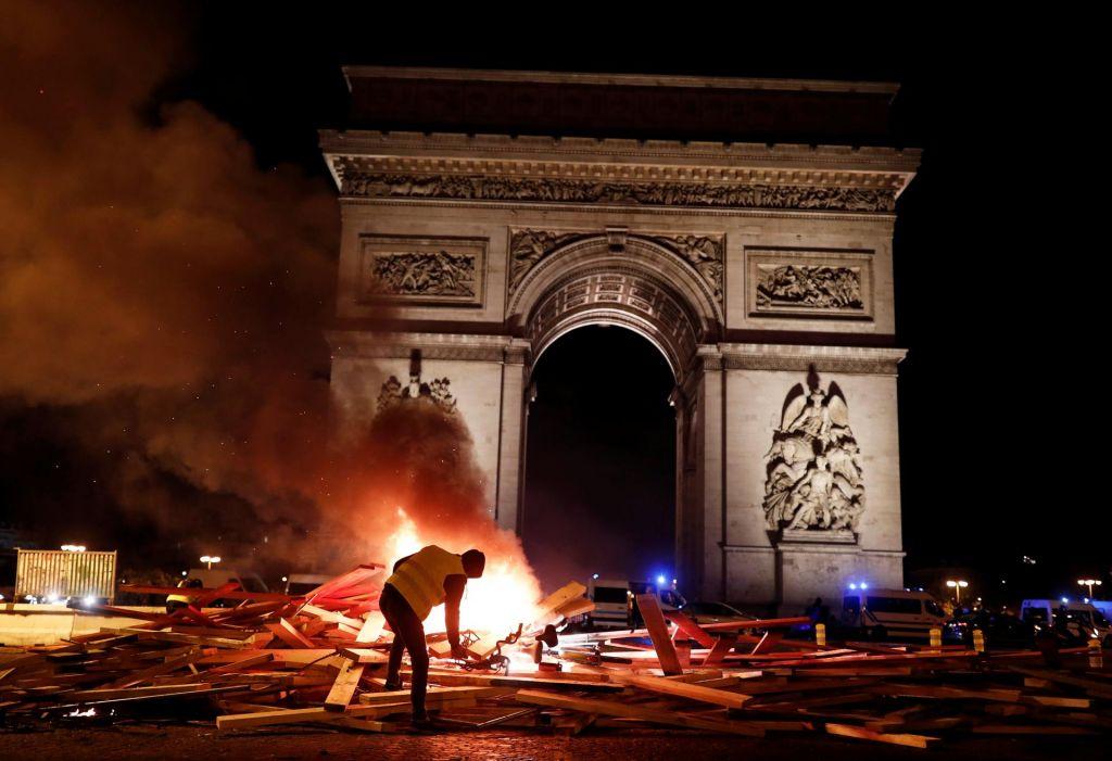 FOTO:V Franciji na protestih rumenih jopičev okoli 81.000 ljudi (FOTO)