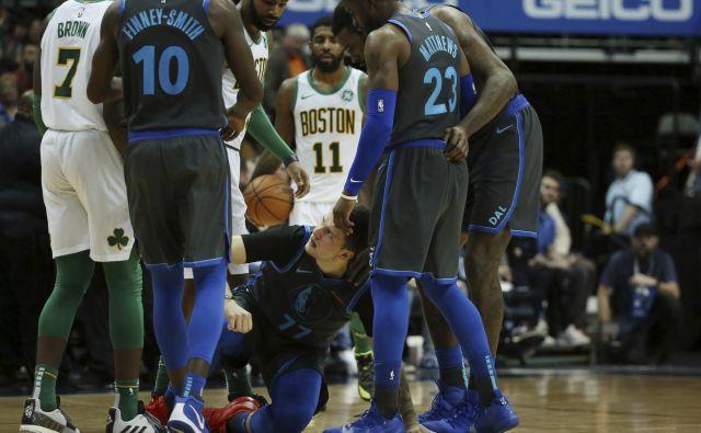 Po udarcu Jaylena Browna je Luka Dončić za kratko obležal na parketu. FOTO: Andy Jacobsohn/AP