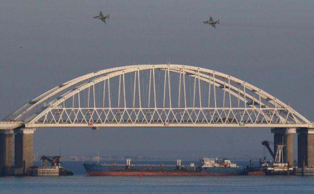 ZvezaNatoje Rusijo pozvala, naj nemudoma izpusti ukrajinske mornarje in ladje, ki jih je zajela v nedeljo v Kerški ožini, in da naj Ukrajini zagotovi nemoten dostop do njenih pristanišč v Azovskem morju.FOTO: Reuters