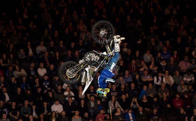 V Manchesterju je potekal adrenalinski spektakel Nitro Circus, na katerem izvajajo zračne vragolije s kolesi, motorji, motornimi sanmi, skuterji, štiricikli, kotalkami in tudi z otroškimi avtomobili. Foto Oli Scarff Afp