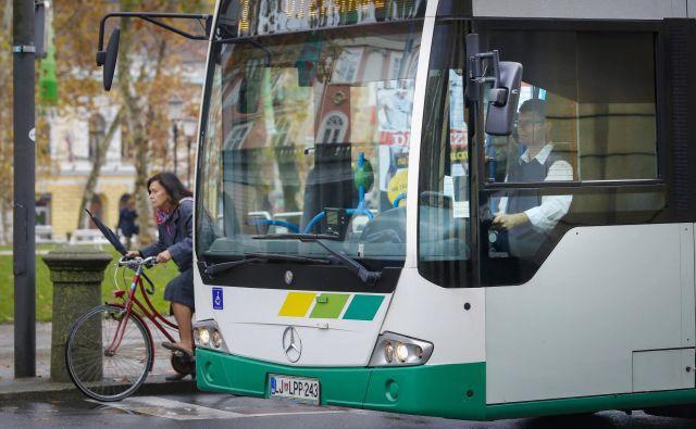 Mestni avtobusi delijo razmere z vsem drugim prometom in so včasih grožnja kolesarjem. FOTO: Jože Suhadolnik/Delo