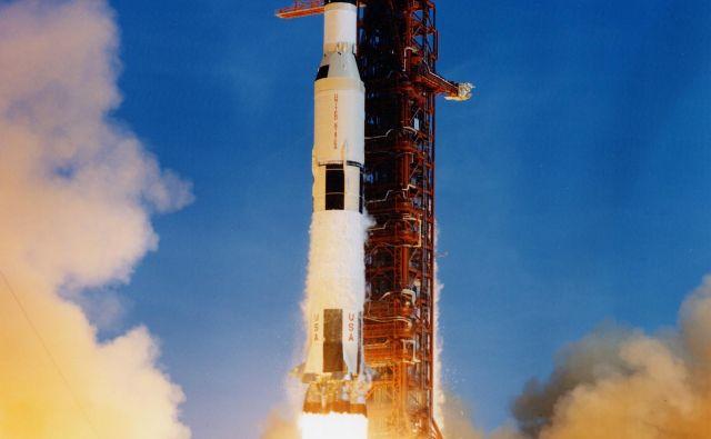 Izstrelitev prvega sovjetskega satelita ni povzročila le vesoljske tekme, ki je kulminirala v ameriški pohod na Luno, temveč so ZDA začele namenjati precej več sredstev za znanost in šolstvo. Fotodokumentacija dela