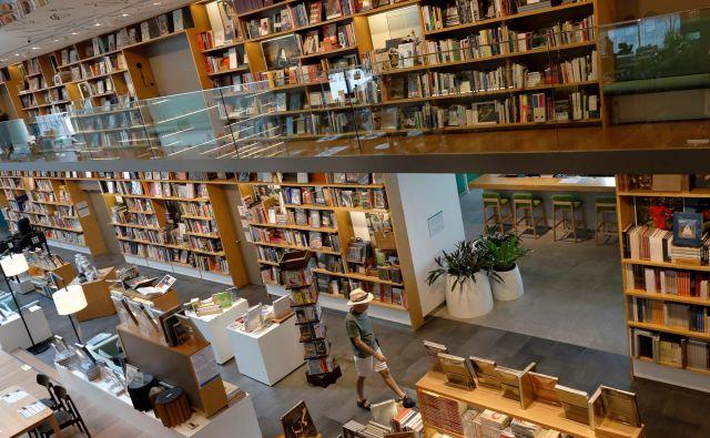 Kljub spletu in takojšnjemu dostopu do informacij z vsega sveta so knjigarne, ob knjižnicah, še vedno najsvetlejša luč v svet (novega) znanja, kar si jo je doslej izmislila človeška civilizacija.Foto Reuters